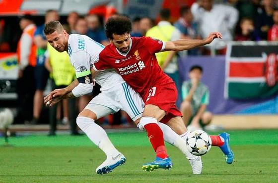 Cú quật của Sergio Raamos đã gây chấn thương cho Mo Salah.