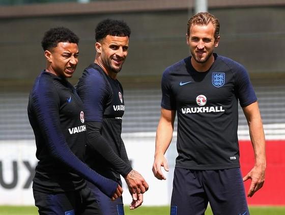 Kyle Walker (giữa) trên sân tập tuyển Anh cùng Harry Kane và Jesse Lingard.