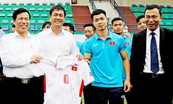 Bộ trưởng Nguyễn Ngọc Thiện nhận áo số 10 từ U22 Việt Nam. Ảnh: NGỌC HẢI