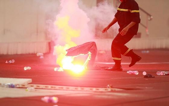 Trận đấu tạm dừng vì pháo sáng ném xuống sân ảnh 3