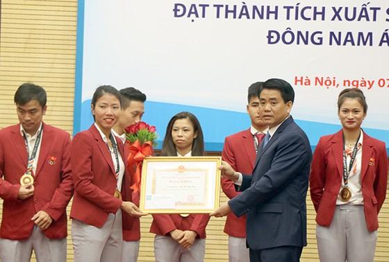 Lãnh đạo UBND thành phố Hà Nội trao thưởng cho các VĐV. Ảnh: N.Q.PHONG