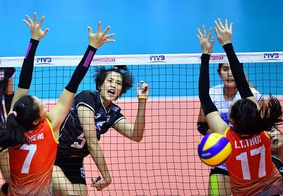 Pleumjit Thinkaow (Thái Lan) khiến hàng chắn của Việt Nam vất vả chống đỡ. Nguồn: AVC