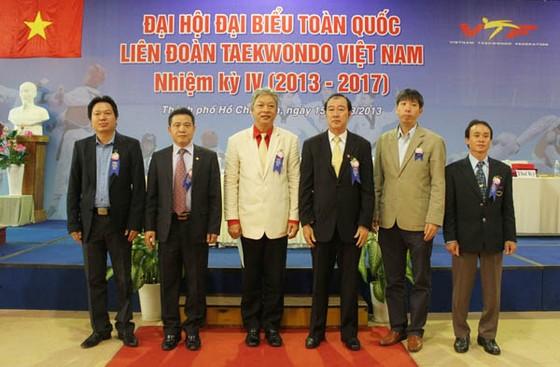Ông Trương Ngọc Để (giữa, áo trắng) đang là Chủ tịch Liên đoàn taekwondo Việt Nam. Ảnh: VIỆT VIỆT