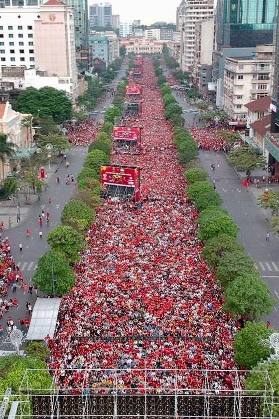 Đỏ rực phố đi bộ Nguyễn Huệ trong trận chung kết lịch sử ảnh 1