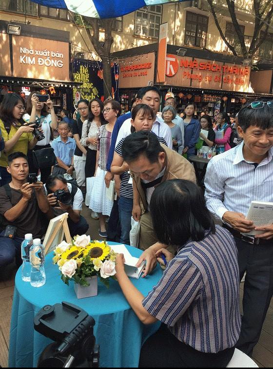 Bạn đọc xếp hàng dài chờ xin chữ ký của nhà văn Nguyễn Ngọc Tư ảnh 4