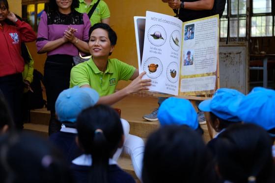 Hoa hậu Hoàn vũ H'Hen Niê tham gia Ngày đọc sách tại Lâm Đồng   ảnh 3
