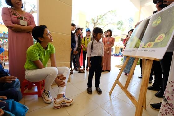 Hoa hậu Hoàn vũ H'Hen Niê tham gia Ngày đọc sách tại Lâm Đồng   ảnh 4