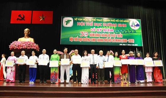 Lãnh đạo TPHCM trao giấy khen cho các cá nhân đóng góp phát triển phong trào dưỡng sinh tại  TPHCM. ẢNH: NHẬT ANH