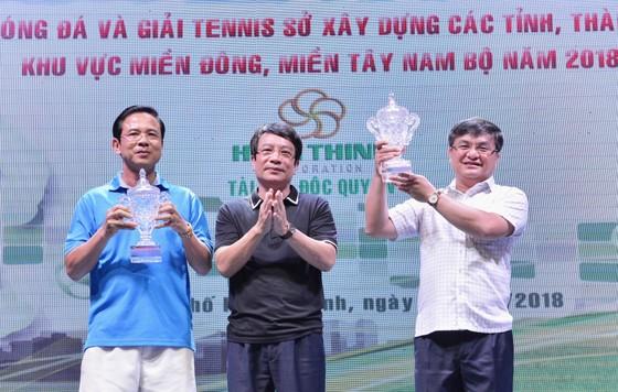 Trao giải vô địch tennis tại hội thao.Ảnh: VIỆT DŨNG