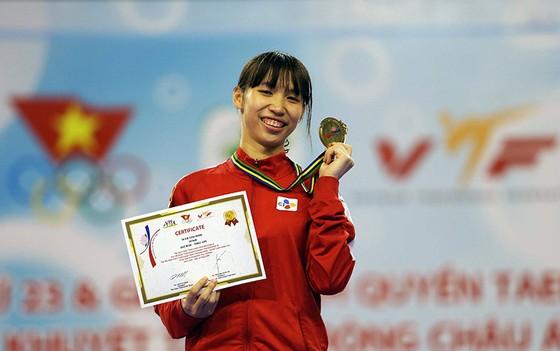 Trương Thị Kim Tuyền giành chiến thắng thuyết phục 13 – 5 trước võ sĩ Thái để đoạt HCV  nội dung đối kháng. Ảnh: Dũng Phương