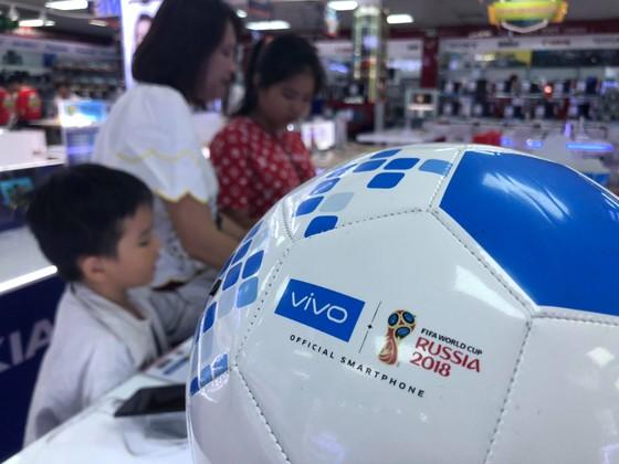 Các cửa hàng điện máy với nhiều chiêu trò khuyến mãi mùa World cup nhằm thu hút khách hàng. Ảnh: Nhật Anh
