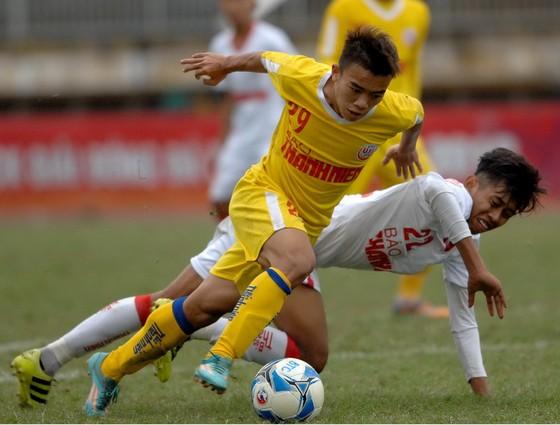 Đức Anh (SLNA) nỗ lực đi bóng qua cầu thủ Đồng Nai. Ảnh: NGUYỄN NHÂN
