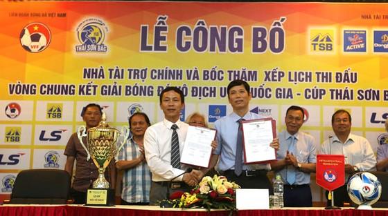 Đại diện VFF và nhà tài trợ Thái Sơn Bắc tại lễ ký hợp đồng tài trợ