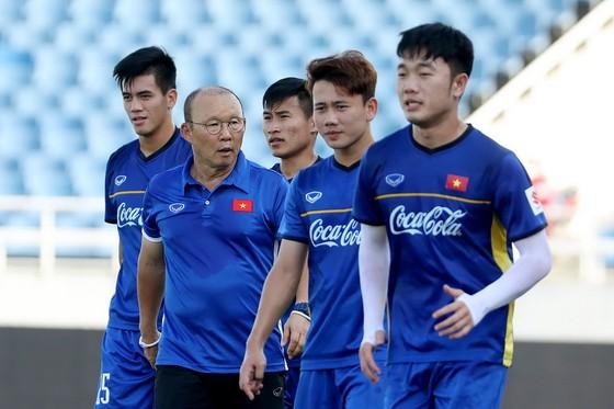 Thầy trò đội U23 Việt Nam trên sân Mỹ Đình chiều 1-8. Ảnh: MINH HOÀNG
