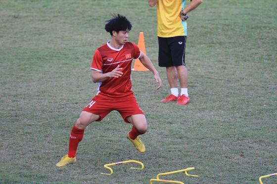 Ngày thứ 2 đội tuyển Việt Nam tại Lào: Bận rộn! ảnh 3