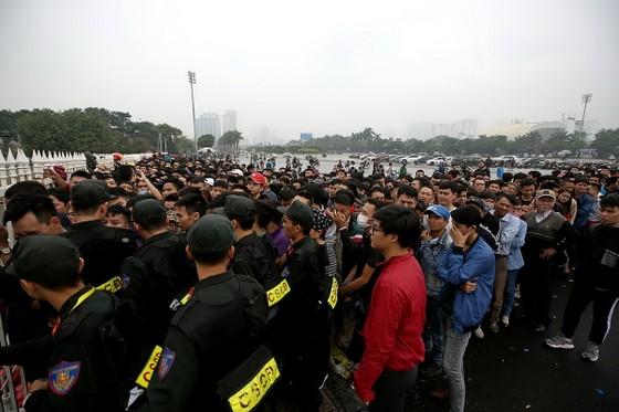 Đông đảo khán giả đến sân Mỹ Đình từ sáng sớm để xếp hàng mua vé. Ảnh: MINH HOÀNG