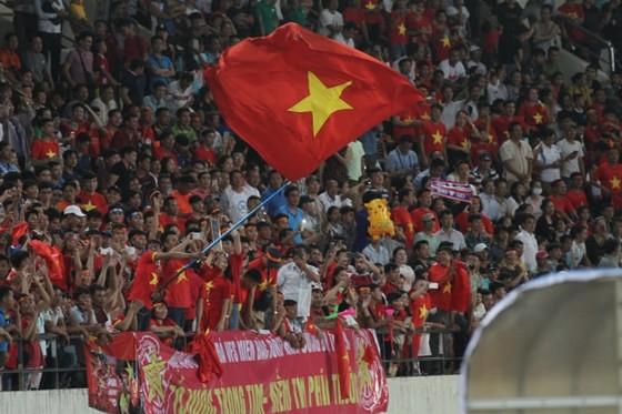 CĐV Việt Nam sát cánh cùng đội nhà tại Lào vừa qua. Ảnh: QUANG LONG