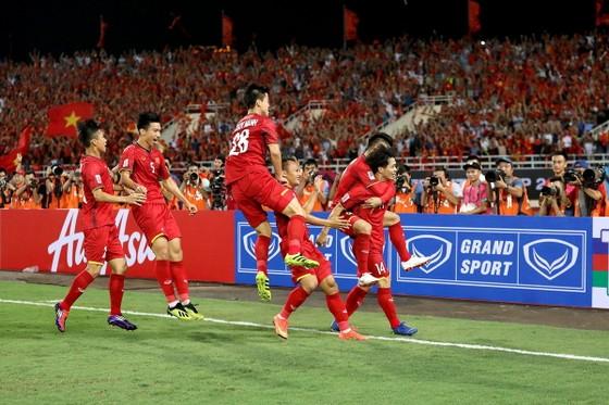 Đồng đội chia vui cùng Công Phượng sau bàn thắng. Ảnh: MINH HOÀNG