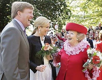 Nữ hoàng Beatrix (bìa phải) cùng Thái tử Willem Alexander và Công nương  Maxima ngay trước khi xảy ra vụ tấn công