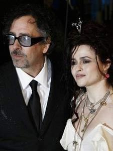 Đạo diễn Tim Burton (trái) và nữ diễn viên Anh quốc Helena Bonham-Carter,  người tham gia bộ phim Alice in Wonderland tại rạp chiếu phim Odeon ở quảng  trường ...