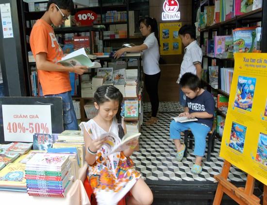 Các bạn nhỏ say mê đọc sách tại đường sách