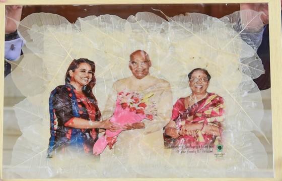 Tặng Tổng thống Ấn Độ bức hình ông cùng gia đình làm từ lá bồ đề Ấn Độ ảnh 2