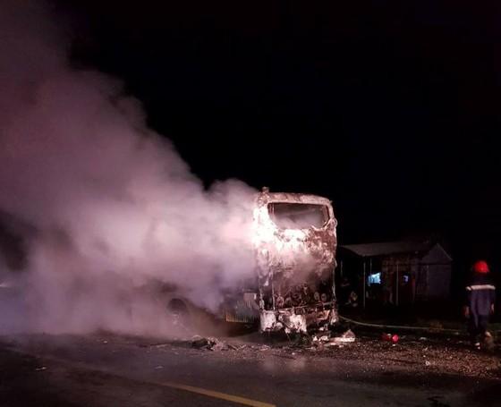 Gia Lai: Xe khách đang chạy, bỗng dưng bốc cháy ngùn ngụt ảnh 1