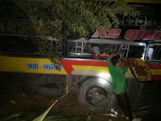Xe khách lao xuống vực ở đèo Lò Xo, 1 người chết, 19 người bị thương ảnh 1