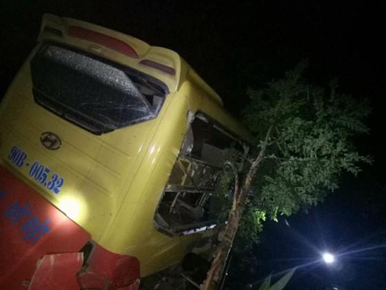 Xe khách lao xuống vực ở đèo Lò Xo, 1 người chết, 19 người bị thương ảnh 2