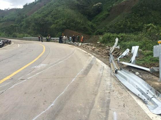 Cận cảnh hiện trường vụ xe khách bị lật làm 21 người thương vong trên đèo Lò Xo ảnh 6