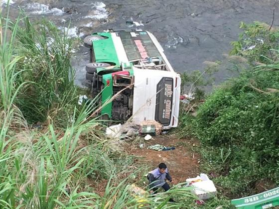 Cận cảnh hiện trường vụ xe khách bị lật làm 21 người thương vong trên đèo Lò Xo ảnh 1