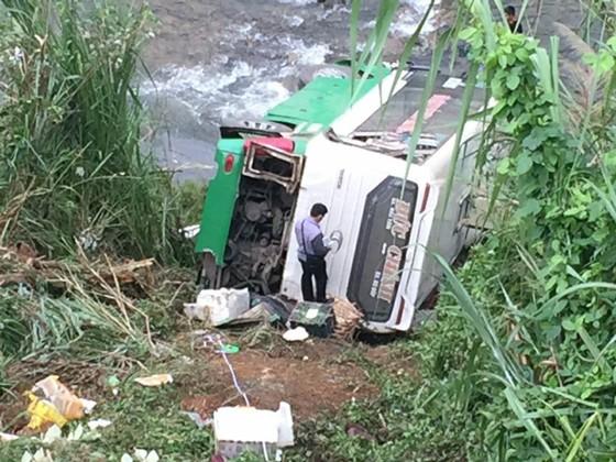 Cận cảnh hiện trường vụ xe khách bị lật làm 21 người thương vong trên đèo Lò Xo ảnh 5