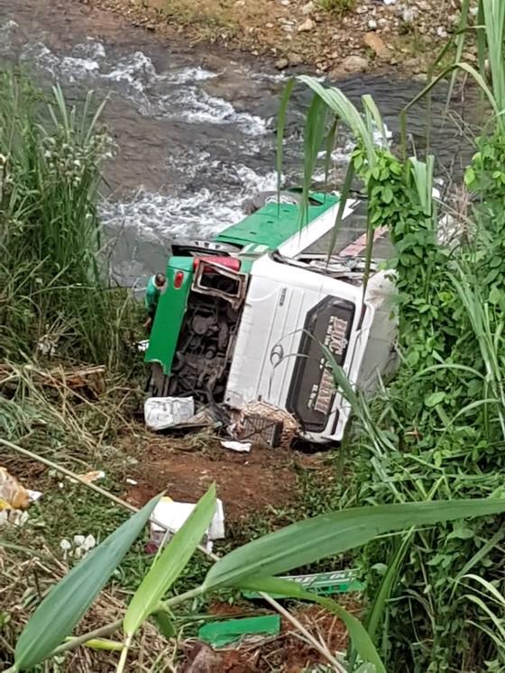 Xe khách chở 44 người lao xuống vực đèo Lò Xo, ít nhất 3 người chết  ảnh 2