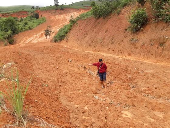 Kon Tum: Đường 482 tỷ xuyên rừng bị sạt lở nghiêm trọng, gây tắc đường ảnh 1