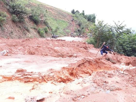 Kon Tum: Đường 482 tỷ xuyên rừng bị sạt lở nghiêm trọng, gây tắc đường ảnh 2