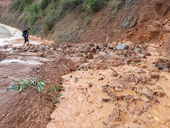 Kon Tum: Đường 482 tỷ xuyên rừng bị sạt lở nghiêm trọng, gây tắc đường ảnh 4