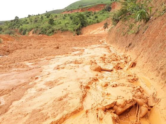 Kon Tum: Đường 482 tỷ xuyên rừng bị sạt lở nghiêm trọng, gây tắc đường ảnh 7
