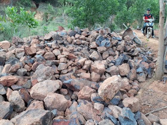 Gia Lai: Mỏ quặng đóng cửa, dân khoét đồi, đào đất khai thác lậu ảnh 1
