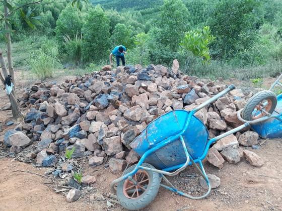Gia Lai: Mỏ quặng đóng cửa, dân khoét đồi, đào đất khai thác lậu ảnh 2