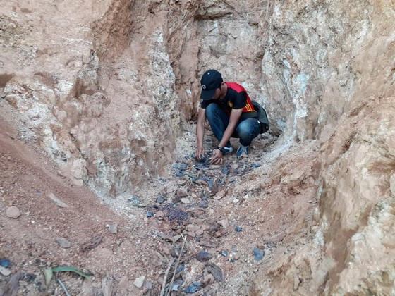 Gia Lai: Mỏ quặng đóng cửa, dân khoét đồi, đào đất khai thác lậu ảnh 5