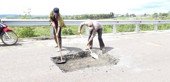 """Sửa chữa con đường gần trăm tỷ nát bét """"gây dư luận không tốt"""" ảnh 1"""