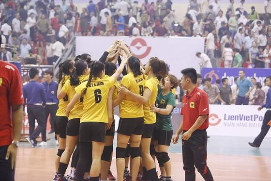 Thầy trò VTV Bình Điền Long ăn mừng chiến thắng. Ảnh: HÀ HƯNG