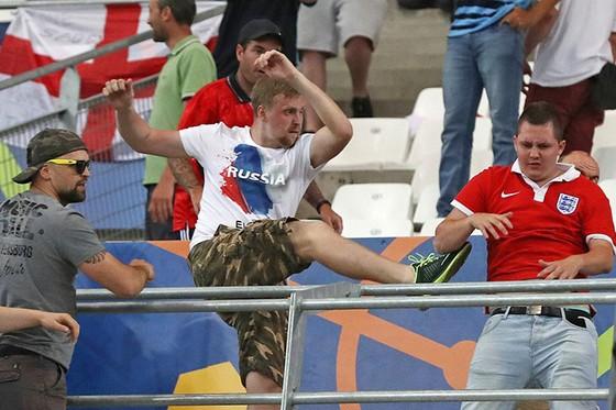 CĐV Nga từng tấn công CĐV Anh ở EURO 2016.