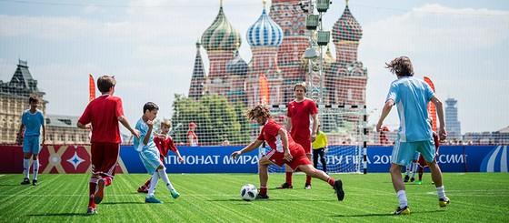 Tổng thống Putin trổ tài đá bóng cùng Chủ tịch FIFA ảnh 1