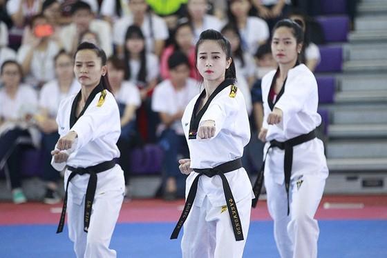 Châu Tuyết Vân (giữa) và các đồng đội ở đội tuyển quyền taekwondo nữ ra quân trong ngày 19-8. Ảnh: PHÚC NGUYỄN