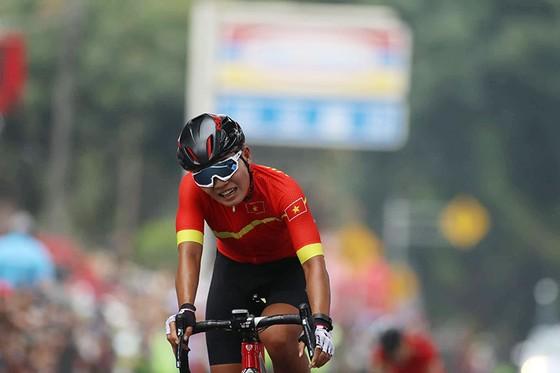 Tay đua Nguyễn Thị Thật đuối sức ở thời điểm cuối của cuộc đua. Ảnh: DŨNG PHƯƠNG