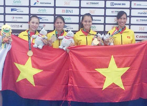 4 tay chèo nữ Việt Nam không giấu nổi hạnh phúc khi trở thành nhà vô địch Asiad 2018, tạo dấu ấn lịch sử cho rowing Việt Nam. Ảnh: NHẬT ANH