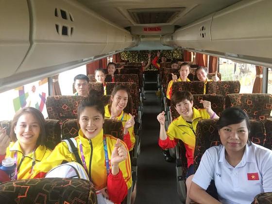 Các cô gái bóng chuyền Việt Nam cần giữ được tinh thần thoải mái như thế này trước trận tứ kết gặp Thái Lan. Ảnh: THANH LÂM
