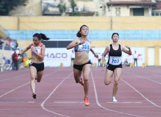 Lê Tú Chinh (giữa) tiến đến gần KLQG của đàn chị Vũ Thị Hương.