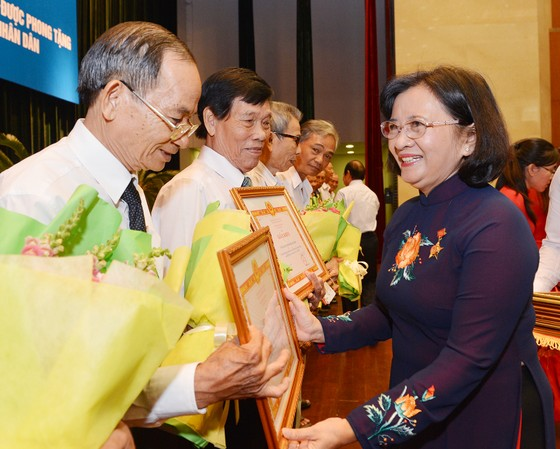 Đồng chí Thân Thị Thư tặng bằng khen cho các tập thể tại buổi họp mặt truyền thống nhân dịp Ban Tuyên huấn Khu ủy Sài Gòn - Gia Định được phong tặng danh hiệu Anh hùng lực lượng vũ trang nhân dân. Ảnh: VIỆT DŨNG